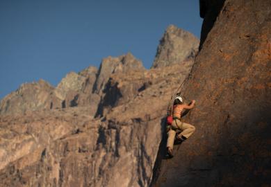 Imagen de una mujer realizando escalada en el Cajón del Maipo
