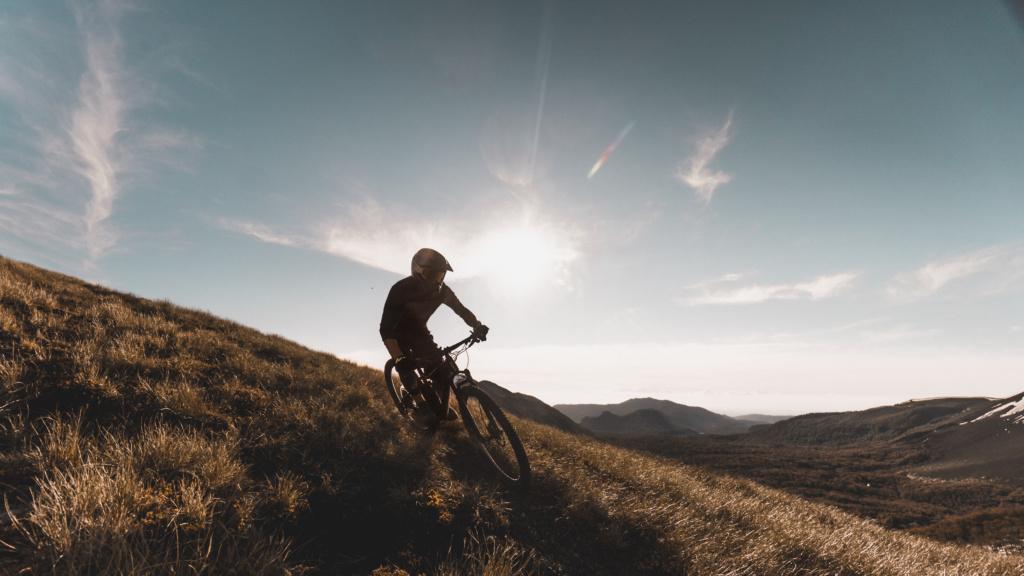 Persona haciendo mountain bike