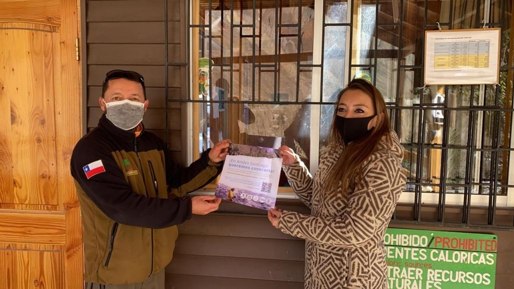 Encuesta Andes Samtiago - imagen de la entrega del afiche en la red de Parques Cordillera