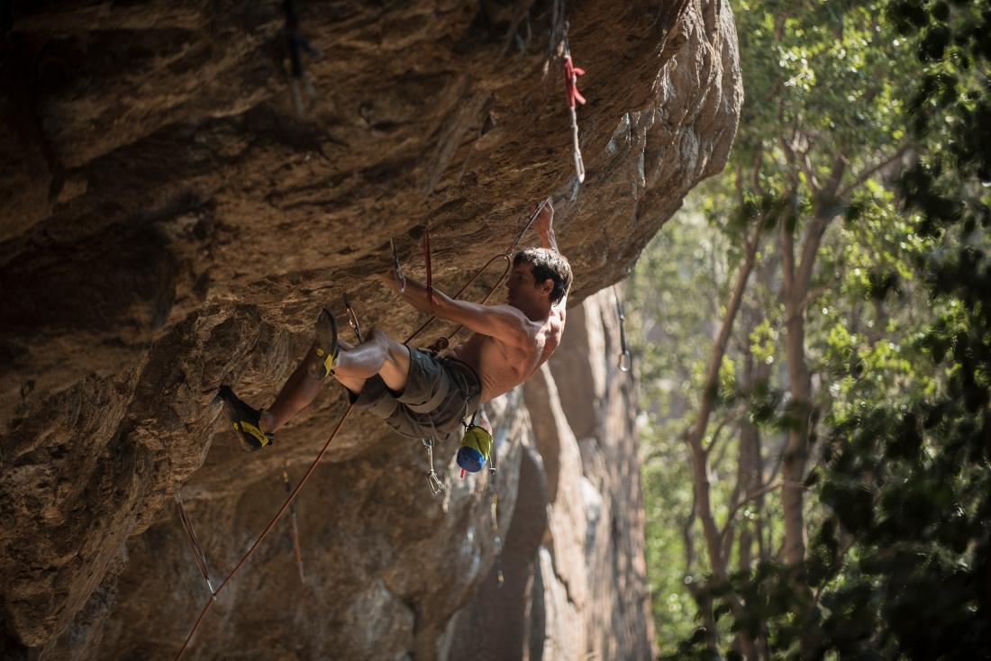 Hombre realizando escalada en Santiago